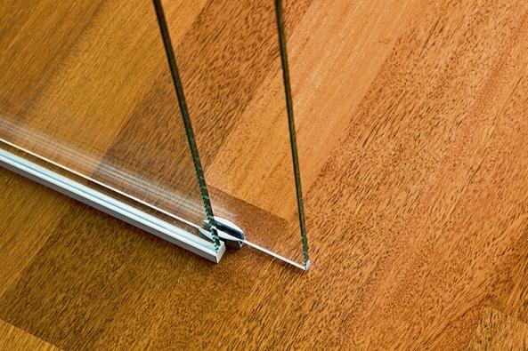 Detail podlahového vodítka pro posuvné celoskleněné křídlo Stylus (VV SKLO).