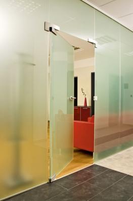 Jednokřídlé otočné celoskleněné dveře Stylus napojené sbočním ahorním nadsvětlíkem, sklo satináto bílé (VV SKLO).