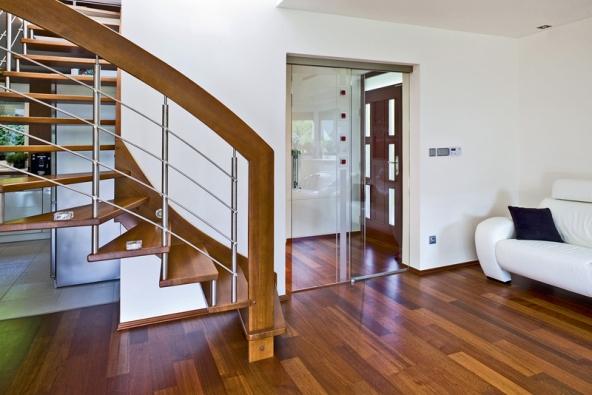 Celoskleněné dveře Stylus vposuvném provedení na boční světlík, sklo float spískovaným dekorem azdobnými červenými kameny (VV SKLO).