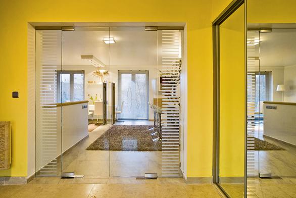 Dvoukřídlé kyvné celoskleněné dveře Stylus smadlem ve skle, čirý float sbočními světlíky spískovaným motivem  (VV SKLO).