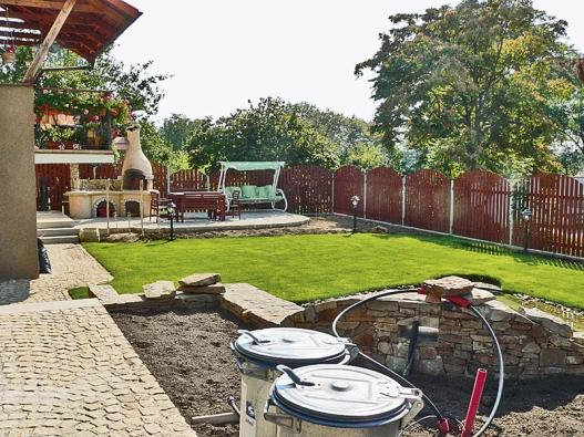 Terén, zídky, schody, cesty ahotový trávník již dávají představu okonečné podobě zahrady.
