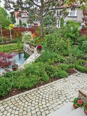 Plocha nad jezírkem je osázena tak, aby pohledově izolovala zahradu od okolí.