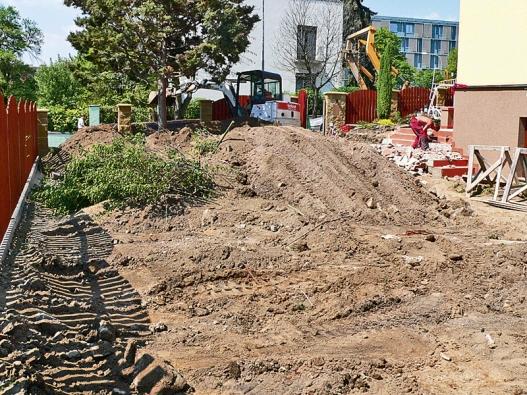 Začátek prací na zahradě. Použití správné mechanizace je efektivní a šetří mnoho času.