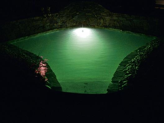 Noční osvětlení jezírka láká ke koupání ivhorkých letních večerech.