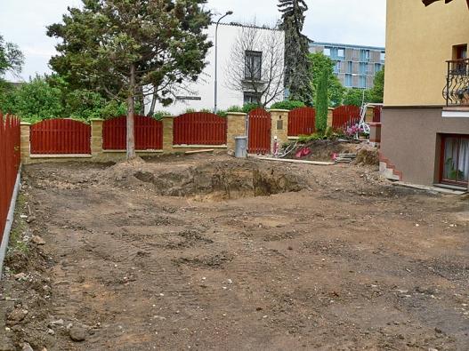 Plocha zahrady byla snížena asrovnána. Součástí úprav byla ilikvidace starého schodiště avýkop pro jezírko.
