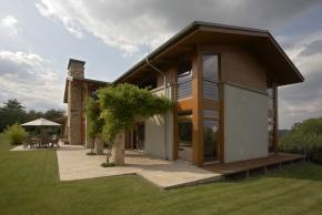 Velkorysá stavba má prostornou dispozici a hojně využívá přírodní materiály, především dřevo a kámen.