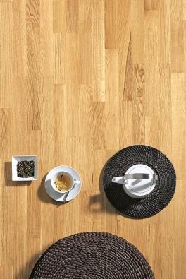Kvalitně provedená podlaha zvhodně zvoleného dřeva poslouží jako nekonvenční podklad pro šálek čaje (SORTIM) ijako netradiční podlahová krytina do stylové koupelny (QUICK-STEP).