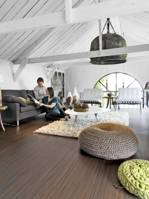 Takhle krásně dokáže podtrhnout útulnost atmosféry vpodkroví marmoleum, zdravotně nezávadné pravé linoleum (FORBO).