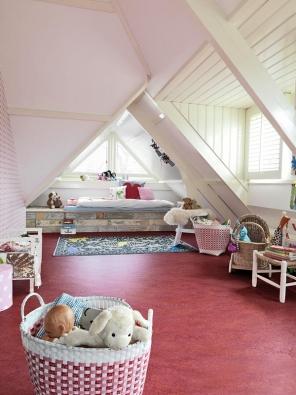 Přírodní linoleum vytvářející rovinu bez skulin aspojů anevyvolávající alergenní reakce je do dětských pokojů bezesporu nejvhodnější (FORBO).