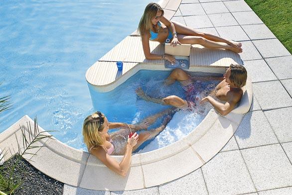 Bazén se zábavným příslušenstvím
