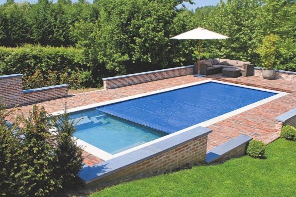 Moderní doplněk – lamelové zakrytí XL zabezpečí bazén před pádem dětí nebo domácích zvířat.