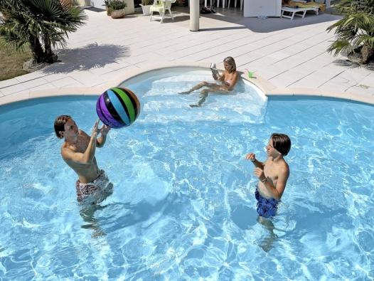 Schodiště Roman o šířce 2,6 m slouží nejenom pro komfortní vstup do bazénu. Zároveň je příjemným místem pro odpočinek a relaxaci. Okraj bazénu i schodiště lemují.