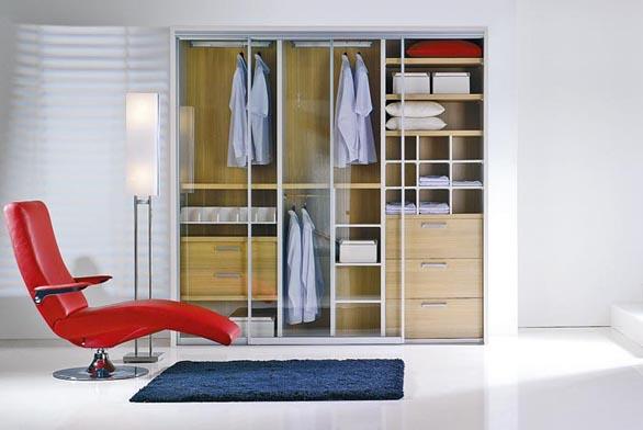 Výplně dveří šatní skříně mohou dokonale ladit s interiérem a mohou se stát dokonce úplně neviditelnými (INDECO).