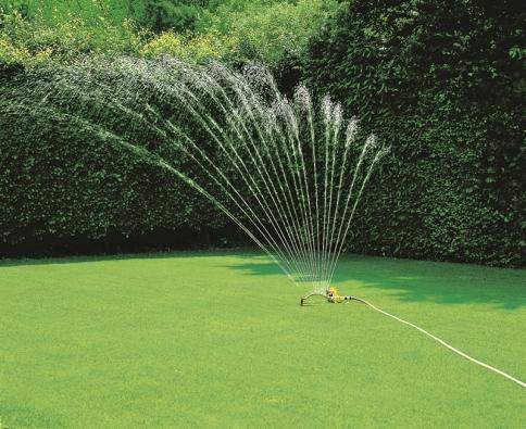 Pravidelná závlaha je pro kvalitu trávníku nenahraditelná.
