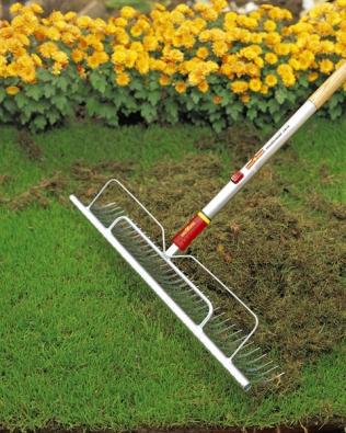 Trávníkářské hrábě sjasanovou násadou jsou nejvhodnějším nástrojem pro vyhrabání trávníku. Hrábě UH-M60 anásada ZM 170, cena 628Kč a389Kč (WOLF-GARTEN).