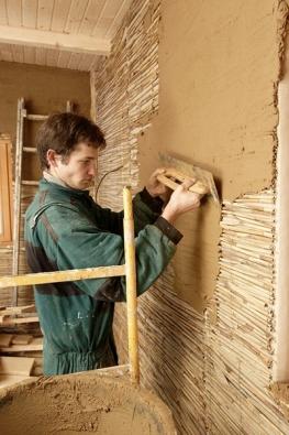 Rákosové panely lze použít pro kontaktní fasádní systém místo polystyrenu, nebo uvnitř domu jako nosiče hliněných omítek (HLINENYDUM.CZ).