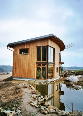 Novostavba nízkoenergetického rodinného domu v Kozmicích, kde bylo využito přírodních izolačních materiálů.