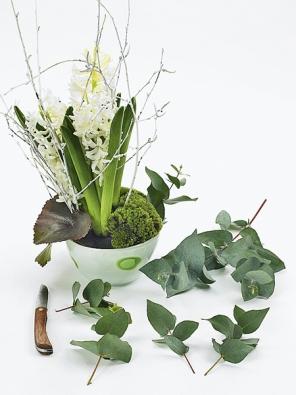 Březové větvičky na přední straně vytvoří zajímavý kontrast. Aranžovací hmotu zakryjte kousky mechu atrsy listů.