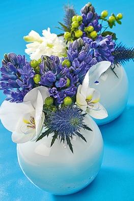 Modrá barva je symbolem harmonie auklidňuje tělo imysl. Proto se hodí zejména do ložnice. Oblé bílé vázy zabydlel modrý ibílý hyacint, květy máčky, orchideje aplody třezalky.