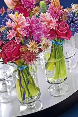 Růžovofialová kytice může být vhodnou dekorací na jídelní stůl. Hyacinty tří barev doplňují růže, máčky ajarmanky.
