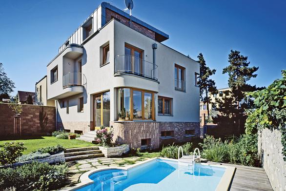 Nenápadné zábradlí kopíruje tvar balkonu avyhovuje všem požadavkům norem.