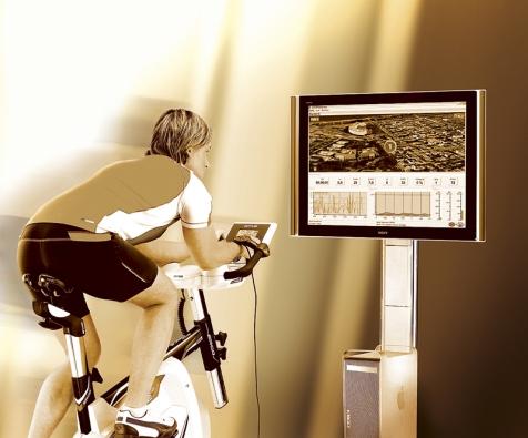 Cyklistický trenažér Ergorace, který lze připojit kpočítači, nejenže umožňuje nejúčinnější cardio trénink, ale pomocí video prezentace simuluje jízdu se sladěným tempem kroku na skutečných tratích. Cena 39990Kč (Kettler).