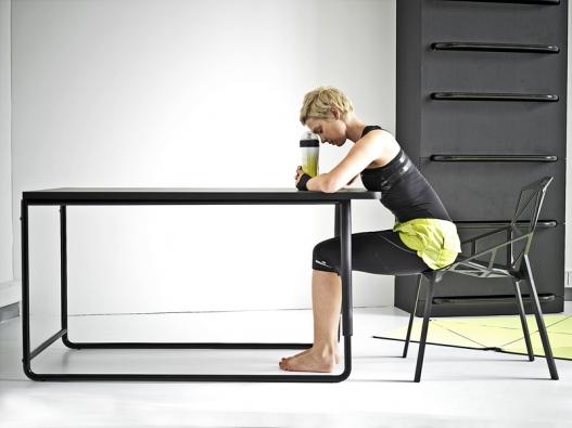 Skříň socelovou konstrukcí à la žebřiny funguje jako úložný prostor spolicemi azásuvkami. Ke cvičení poslouží také jídelní stůl poté, co se překlopí na výšku. Nábytek se zatím sériově nevyrábí, ale lze ho na objednávku vyrobit (design Lucie Koldová).