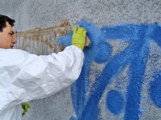 Důležitá je prevence pomocí antigraffiti nátěrů anástřiků. Mnohé přípravky si poradí isněkterými druhy  tzv. nesmazatelných (např. lihových) fixů adokážou odstranit iněkolik vrstev barev.