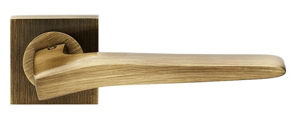 Klika Preso (Cobra) opatřená hranatou rozetou, materiál mosaz, cena od 2701Kč (COBRA).