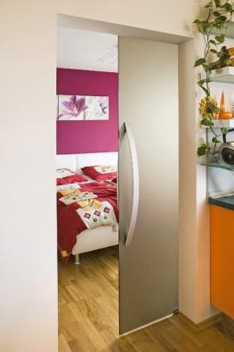 Jednokřídlé posuvné dveře (Stylus), systém posouvání po stěně, sklo Satinato bronz, kování Agile 150, madlo Acros, cena 47 546 Kč (VV SKLO).