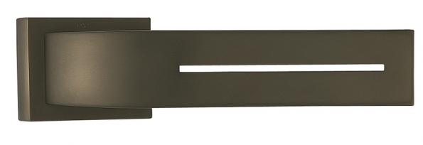 Klika Toro (M & T), design Roman Ulich,  povrchová úprava titan braun mat, cena 4510Kč  (ENTRY SYSTEMS).