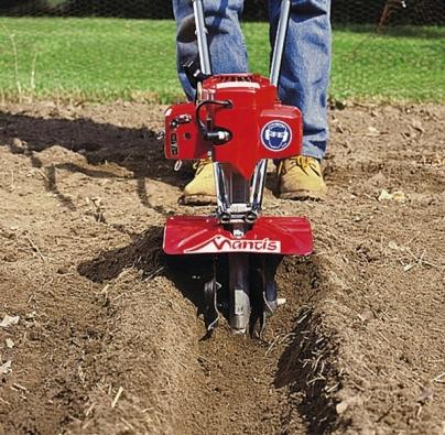 Opakovaným projížděním dokáže robot Mantis vyhloubit rýhu pro výsadbu brambor ajiných plodin. Cena: 14990 Kč.