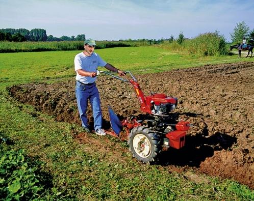 Orba pozemku soboustranným pluhem připojeným kmalotraktoru TERRA III. Cena traktoru je 38 015Kč.