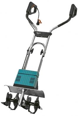 Větší elektrická motyčka Gardena EH600/36 kypří hlínu azapracovává kompost nebo hnojiva čtyřmi hvězdicovými noži konajícími 230 ot./min. vzáběru 36cm.Cena: 6565 Kč.