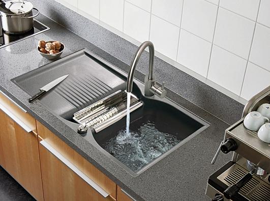 Dřez Schock Campus D-150 spraktickou nerezovou miskou, kterou lze využít koplachování zeleniny, slévání vody zbrambor či těstovin, kokapání příborů apod. Cena vprovedení Titanium: 14924Kč bez DPH (Schock).