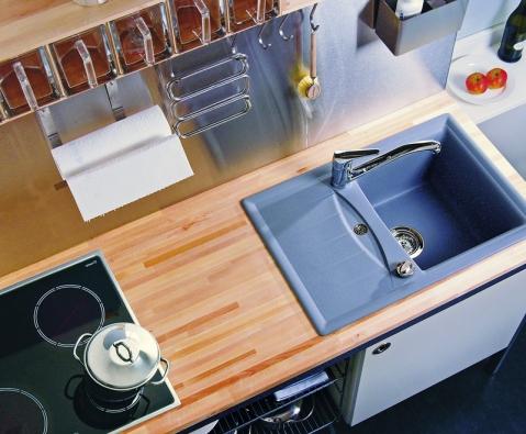 """Nejmenší granitový """"jednodřez"""" sodkapem na světě, vhodný především do malých kuchyní. Díky celkovým rozměrům 680 x 460mm ušetří spoustu místa na pracovní ploše. Přesto si zachovává dostatečnou velikost pro umývání nádobí. Genius D-100 Small vprovedení Croma, cena 10425Kč bez DPH (Schock)."""