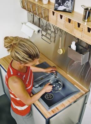 Plnohodnotný kuchyňský granitový dřez Schock Genius D-100 Small sminimální spotřebou místa je vhodný do menších kuchyní aje nabízen vosmi barevných provedeních, na obrázku vprovedení Croma. Cena: 10425Kč bez DPH (Schock).