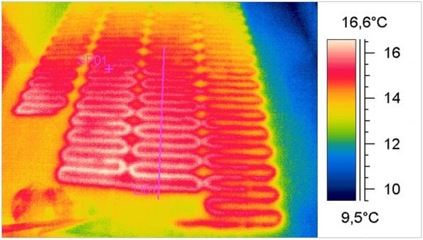Termogramy zachycují tepelné poměry na podlaze ve třech vybranýcn částech domu, vmístech, kde je nainstalováno podlahové topení. Podle barevného odstínu apřiložené škály je možné odečíst teplotu.