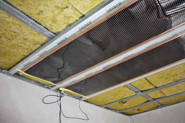 Topné fólie Ecofilm jsou velmi tenké amají také nízkou hmotnost. To je předurčuje kinstalaci nejen na podlahy, ale také na stropní plochy. Na snímcích vidíte fólie Ecofilm přilepené na strop oboustrannou lepicí páskou.