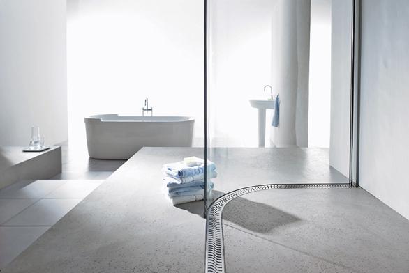 Sprchové žlaby jsou kdispozici vrůzných designech atvarech.