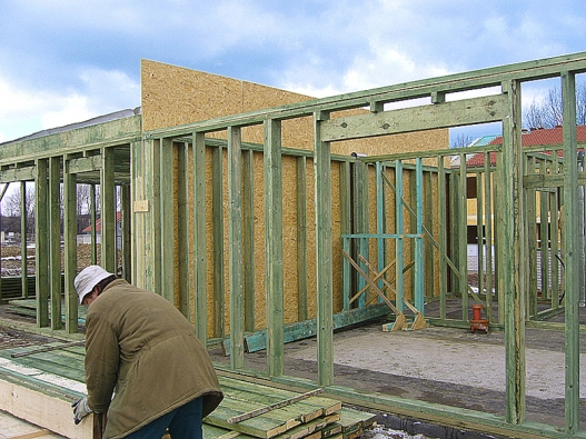 Dřevostavby – což je jedna zjejich nesporných výhod – jsou vlastně stavebnice, zhotovované dílem na továrních linkách afinalizované přímo na stavební parcele.