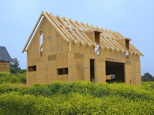 Jedna zmnožství projekčních variant dřevěného domu. Hrubá stavba dokáže bez problémů, prakticky bez ohledů na počasí, vyrůst za jediný týden.