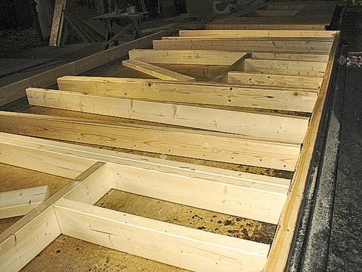 Sendvičové panely ve většině případů tvoří rámová konstrukce zhranolů, vyplněná kvalitní izolací aopláštěná dalšími produkty dřevovýroby. OSB deskami, dřevotřískou apod.
