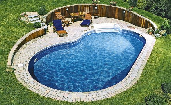 Zapuštěním bazénu  do svažitého terénu vznikne chráněné místo pro relaxaci (MOUNTFIELD).