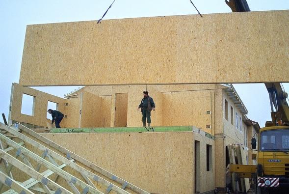 Montáž stěn řadového domu na staveništi