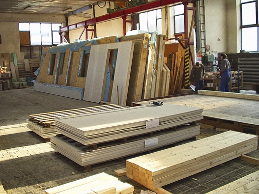 Panely rodinného domu, sestavované ve výrobní hale (VS domy).