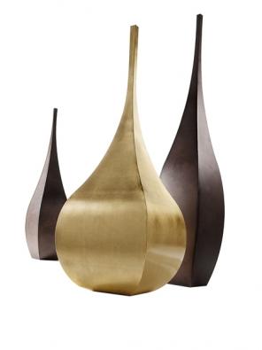 Váza  Shimla (De Castelli), zlatá fólie,  cena 76897Kč, váza Jaipur, kov, cena od 30517 do 36758Kč ABITARE.