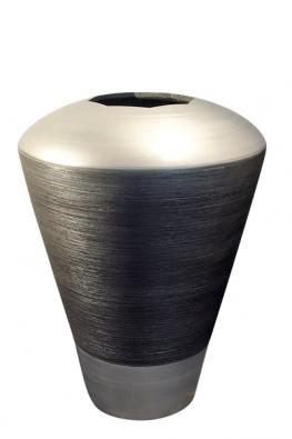 Váza (Marubi) inspirovaná technickými součástkami, technický kámen, ruční výroba, barva antracit, hrubý reliéf astříbrný hladký kov, cena 75000Kč (MARUBI).