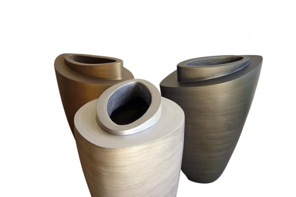 Vázy (Marubi) elipsovitého tvaru, technický kámen, ruční výroba, barvy světlý kov, zlatá champagne atemná kovově zelená, orientační cena 90000Kč (MARUBI).