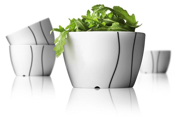 Zahradní stůl ozdobí hladké čistě bílé misky klasického tvaru z porcelánu a silikonu. Každá je svá, černé kontury jsou malované ručně. Mají praktickou velikost (průměr 12 cm) a jsou odolné vůči mrazu. Zaujme jak jeden kousek, tak více misek pohromadě (MENU®, Dánsko).